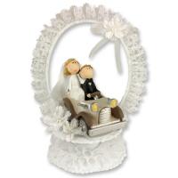 Sposini nella macchina matrimoniale